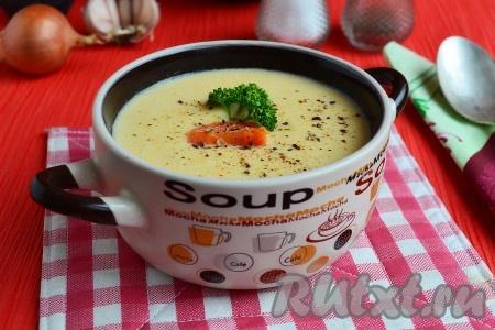 Подать нежный и вкусныйсырный суп-пюре с курицей к столу в горячем виде, посыпав свежемолотым черным перцем.