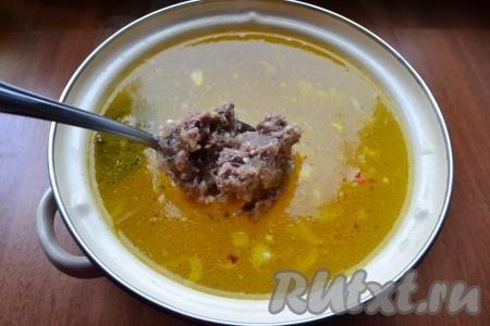 В суп добавить тушенку, перемешать. Также добавить и измельченный чеснок. Дать супу прокипеть на медленном огне еще минут 5-7.