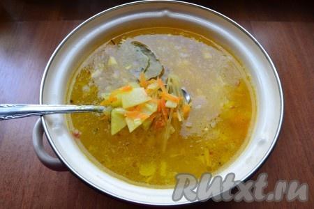 Когда картофель сварится, добавить в кастрюлю обжаренные лук с морковью, специи, приправу, лавровый лист и вермишель.