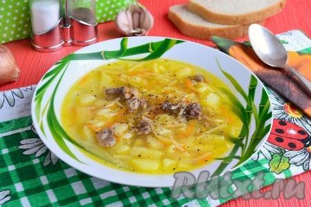 Готовый ароматный и очень вкусный, сытный суп из тушенки с картошкой и вермишелью подать к столу, посыпав черным свежемолотым перцем.