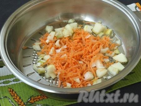 В сковороде разогреть подсолнечное масло. Морковь и лук очистить. Морковь, натёртую на крупной тёрке, и мелко нарезанный лук выложить в сковороду и обжарить пару минут на среднем огне, помешивая.