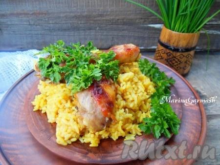 Куриные ножки и рис, приготовленные в духовке, подаём на стол в горячем виде, дополнив свежей зеленью и овощами.