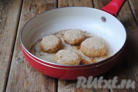 Выложить котлеты из овсяных хлопьев на сковороду, разогретую с растительным маслом. Масло должно покрывать дно сковороды, но при этом котлеты не должны в нём плавать.