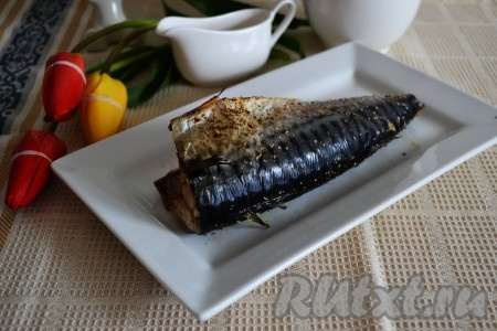 Сочная, ароматная и очень вкусная рыбка прекрасно сочетается с отварным картофелем, рисом или свежими овощами.