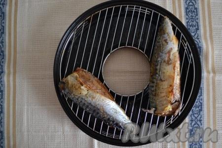 Сковороду гриль газ установить на самую маленькую конфорку и включить средний огонь. Обязательно накрыть сковороду крышкой и оставить на 20 минут. Во время приготовления крышку поднимать или заглядывать под нее, переворачивать рыбку не нужно. Лишний жир со скумбрии постепенно будет вытапливаться и стекать в поддон сковороды, поэтому рыба получится и вкусной, и полезной.{amp}#xA;