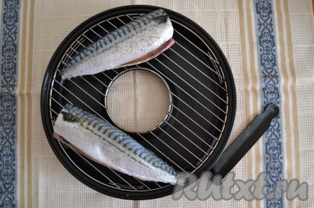 В поддон сковороды гриль-газ влить 200 мл воды. Решетку смазать маслом и выложить на нее рыбу, как на фото.{amp}#xA;