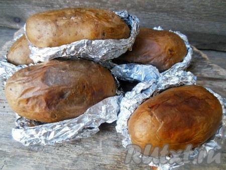 Готовность проверьте деревянной шпажкой - картошка должна легко прокалываться.