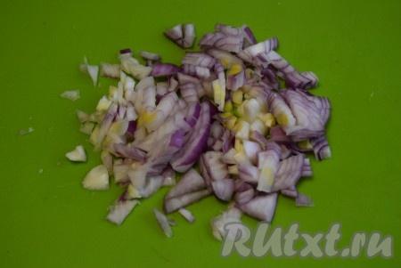 Пока наша картошка варится, мы сделаем заправку для кубанского борща. Нарезаем одну луковицу.