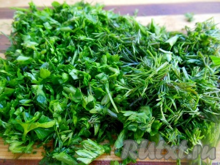 Всю зелень промойте под проточной водой, дайте воде стечь. Нарежьте мелко укроп и петрушку.
