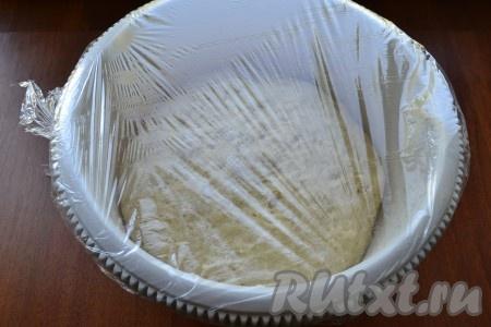 Посуду с тестом накрыть пищевой пленкой и оставить в теплом месте на 40-50 минут.
