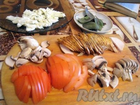 Куриную пастрому или отварную куриную грудку), свежие сырые шампиньоны, помидор тонко порезать, моцареллу поломать на кусочки, от пучка базилика оторвать листочки.