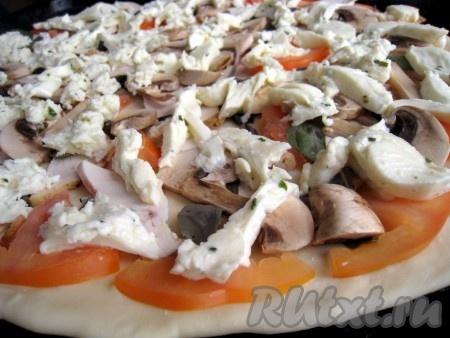 """Выложить на тесто для пиццы начинку - слой помидоров, затем листочки базилика, потом курицу и шампиньоны, по вкусу посыпать специями """"для пиццы"""" перцы и ароматные итальянские травы...), положить кусочки моцареллы. Поместить пиццу в разогретую до 200-215 градусов духовку на 15 минут."""