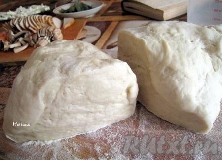 Кусок теста для пиццы раскатать тонко в круглую лепешку и положить на смазанный противень или силиконовый коврик.
