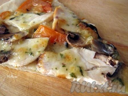 Пицца с курицей и сыром, приготовленная по этому рецепту, получается очень аппетитной и вкусной.