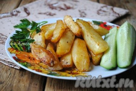 Картофель, запеченный в микроволновке, получается аппетитным, ароматным и вкусным. Подавать его в горячем виде со свежими овощами.
