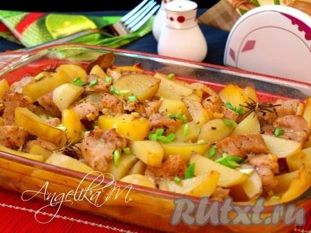 Вкуснейшее филе индейки, запеченное с картошкой в духовке, посыпать измельченным зелёным луком и сразу подать к столу.