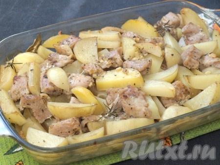 Поставить форму с филе индейки и картошкой в духовку и запекать 1 час при температуре 180 градусов. Затем фольгу снять, вилкой проверить готовность мяса с картофелем и оставить подрумяниться ещё на 20 минут.