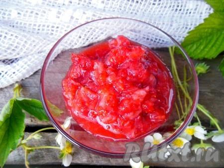 Другую часть ягод разомните при помощи толкушки.