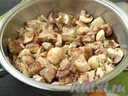 Содержимое сковороды перемешать, добавить крупно нарезанные шампиньоны (я разрезала каждый гриб накрест на 4 части). Обжарить филе индейки вместе с луком и грибами ещё 5 минут на среднем огне, иногда помешивая. В сковороду добавить 50-70 мл воды, накрыть сковороду крышкой, убавить огонь и тушить до мягкости индейки (минут 10).