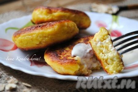 Мёд, варенье и сметана отлично дополнят эти прекрасные сырники, приготовленные из творога и овсянки.