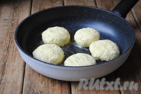 В сковороду налить небольшое количество растительного масла и разогреть его. Затем выложить творожно-овсяные сырники.