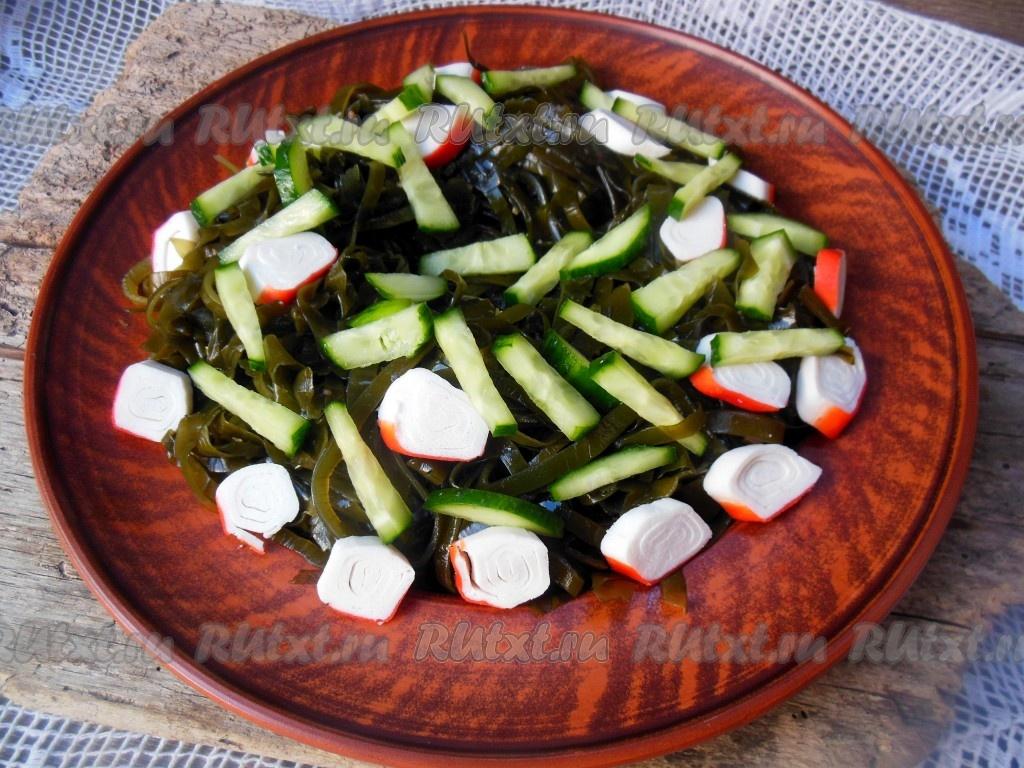 салат из морской капусты с кукурузой и крабовыми палочками
