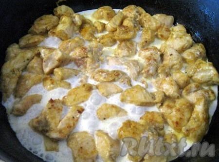 Затем влить сливки и потушить курицу минут 10.