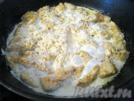 Затем добавить тёртый сыр.