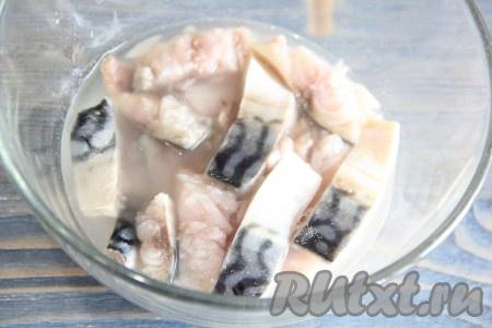 Залить кусочки рыбы уксусом, накрыть блюдцем, поставить сверху груз и оставить скумбрию в уксусе на 30 минут.