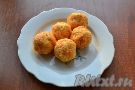 И далее скатать шарики, чтобы перепелиные яйца были внутри сырной массы.