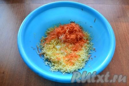 Сыр и морковь натереть на средней или мелкой терке, добавить пропущенный через пресс чеснок.