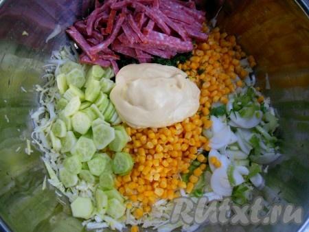 В глубокой миске соедините капусту, огурцы, кукурузу, лук, чеснок, колбасу, укроп и майонез, хорошо перемешайте.