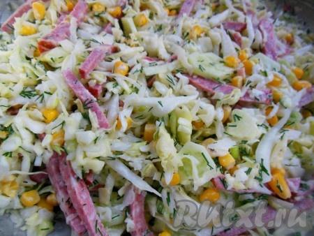 Яркий, вкусный, сочный салат с капустой, колбасой и кукурузой готов.