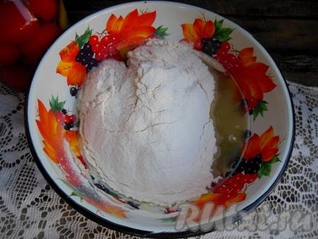Затем в рассол с сахаром налейте растительное масло, просейте муку, добавьте соду (не гашеную!).
