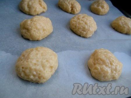 Противень застелите пергаментом. Выкладывайте печенье на противень на некотором расстоянии друг от друга (в процессе выпечки оно увеличится в размере).