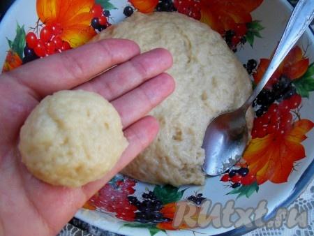 Для формирования печенья слегка смочите ладошки водой. При помощи столовой ложки отделите немного теста и скатайте шарики величиной с небольшую мандаринку.