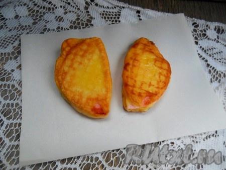 Готовую колбасу в кляре выложите на бумажное полотенце, для того чтобы убрать лишний жир. Если колбаса закончилась, а кляр еще остался, не выбрасывайте остатки. В этом кляре можно пожарить овощи, к примеру, помидоры.
