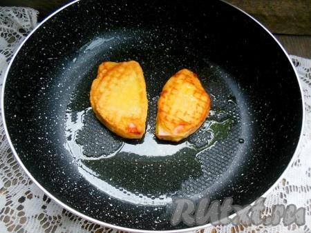 Выложите колбасу в кляре в разогретую сковороду и обжаривайте пару минут с обеих сторон на среднем огне (до красивой румяной корочки).