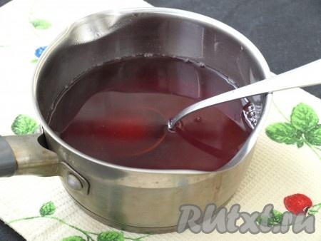 В напиток добавить набухший желатин и размешать до полного растворения. Оставить его остывать.