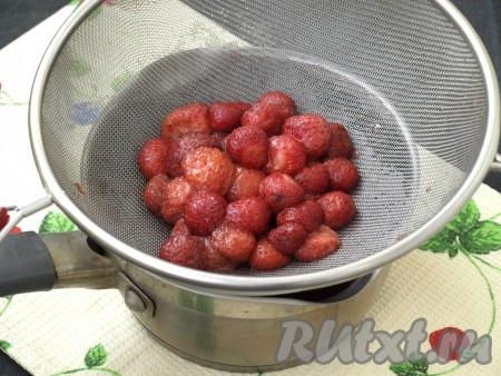 Полученный напиток процедить (ягоды, которые были в напитке, нам не понадобятся).