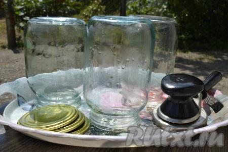 Простерилизуйте банки или тщательно вымойте их с пищевой содой в горячей воде.