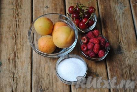 Подготовить ингредиенты для начинки. Я готовила сладкие пирожки с малиной, абрикосами и вишней, в каждый пирожок добавляла по 1 чайной ложке сахара. Так как сейчас лето, ягоды у меня свежие. Но такие пирожки можно испечь и с замороженными ягодами, для этого их надо разморозить при комнатной температуре, а лишнюю жидкость слить.