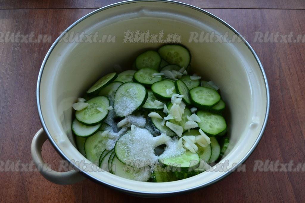 Рецепт салата из огурцов на зиму с чесноком