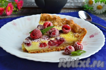 Готовый вкусный и ароматный Цветаевский пирог с малиной остудить в форме, извлечь его и, по желанию, посыпать сахарной пудрой. Украсить ягодами малины и мятой. Подать пирог к столу.