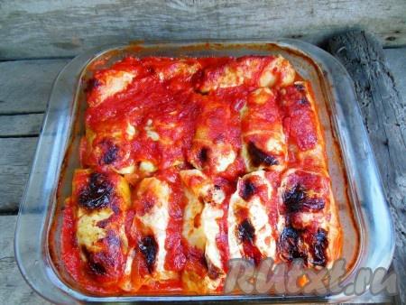 Запекайте голубцы в томатно-сметанном соусе при температуре 150-170 градусов около 1 часа (если вы готовите в стеклянной жаропрочной форме - то ставьте её в холодную духовку, в противном случае ставьте в разогретую духовку).