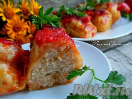 Готовые голубцы полейте сверху соусом, в котором они запекались, отдельно подайте сметану. Голубцы, запеченные в духовке в томатно-сметанном соусе, получаются вкусными, сочными и ароматными.