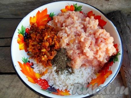 В отдельную тарелку к остывшему рису добавьте обжаренные овощи, которые мы откладывали, перекрученное мясо, соль, черный молотый перец, перемешайте и начинка для голубцов готова.