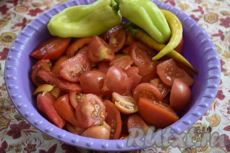 Помидоры вымыть и нарезать на крупные дольки. Болгарский перец очистить от семян и разрезать на 4 части. Острый перец освободить от плодоножки.