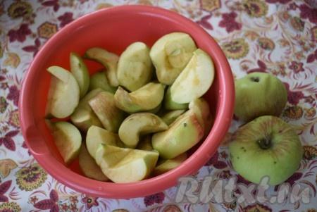 Яблоки очистить от сердцевины и нарезать на дольки.