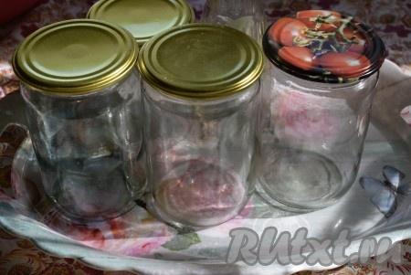 Пока кетчуп варится, приготовим банки. Моем банки горячей водой с содой или стерилизуем паром (держим банку над паром выходящим из носика чайника и прокручиваем со всех сторон), отдельно крышки окунаем в кипяток.